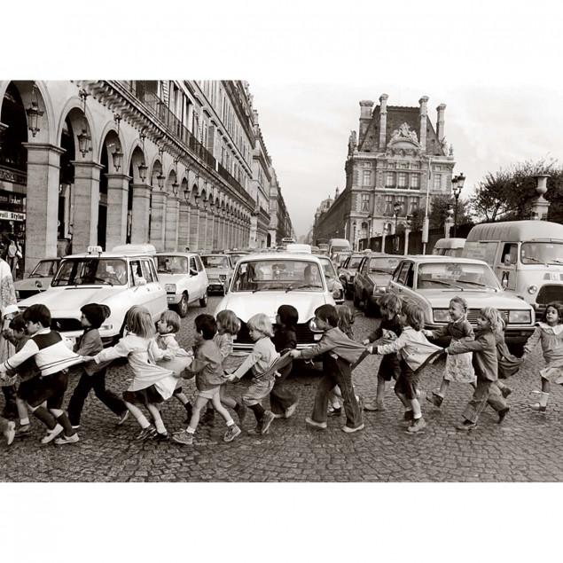 Pinafores on Rue de Rivoli Poster - Doisneau, 1978