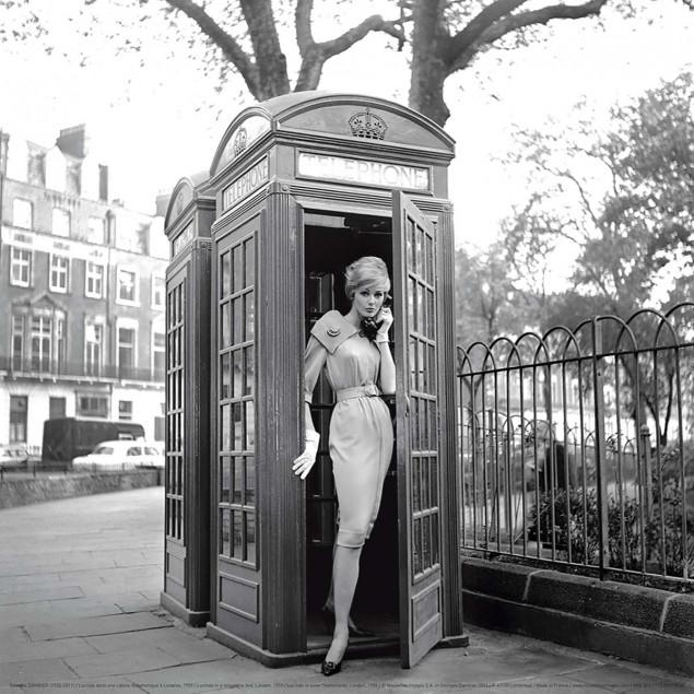 Lucinda dans une cabine téléphonique à Londres, 19