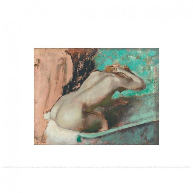 Femme assise sur le rebord d'une baignoire et s'ép